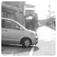 近所の家の車が自宅敷地内に入りきらないサイズでいつもこれだけはみ出してます。 この道は市道です。 何かしら違反になったりしますか? いつも、危ないなぁと思いながら通ってます。