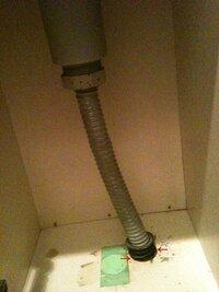 ガス管の隙間について 先日引越しをして新居のキッチンを見たところ、ガス台下の収納スペースにガス管が剥き出しで見えていました。 それは構わないのですが、そのガス管と床面の間に隙間があ るのです。画像は...