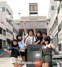 【祝!韓国 ノーベル賞受賞】写真の学生達は何と言っているのですか??? . . 韓国 ノーベル賞 台座