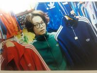 菅田将暉くんが着ているジャージと同じものを買いたいです!JUNON11月号で着ていたものです。 【【通販、古着屋、オークションなど売っているところ、または譲っていただける方がいれば教えて頂きたいです。】】  ヤフオクやメルカリで探したのですが見つけられませんでした。できれば赤か緑が欲しいです。日本でいうM以上くらいのものを探しています。  おそらくアディダスの90年代のヴィンテージジャージ、...