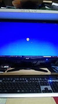 windows10について win7(32ビット)からwin10にインストールしましたが次のソフトが起動しません不具合が生じています。 1.回線が接続されているがMicosoft Edgeが起動しない。 Micosoft Edgeのアイコンをクリックしても画面中央にのどうソフトのアイコンが表示された青い壁紙が画面一杯に出るだけで次の操作が出来ない。 参考に画面の画像を添付しておきます。   ...