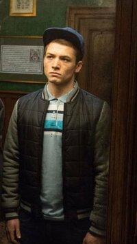 キングスマンのエグジーの着ている画像のポロシャツとジャケットのブランドを教えてください。