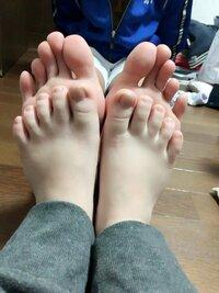 女の子で足のサイズ24㎝って凄く大きいですよね? 親戚の中1の女の子身長153で、足のサイズ24㎝もあって大きくてビックリ‼自分は大人の男で身長165で自称足のサイズ21㎝(本当は20もない)比べ たら、大人と子供...