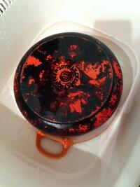 ルクルーゼの18センチ鍋を揚げ物用として使用しているのですが、鍋底が黒く何がくっ付いている感じです。 ちょっとタワシでこすってみたのですが取れません。 どうやったら取れるでしょうか?