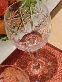 添付画像のワイングラスのブランド名が知りたいです。  たしか、箱は茶色系でした。 わかる方いらしたら、教えて下さいm(__)m