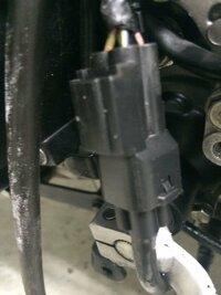 バイク o2センサーのカプラー外し方 マフラー交換を初めてします  タイトル通りです教えてください  写真を添付します  それとo2センサーのカプラーを外さなくてもマフラーにつながっているセンサーだけ取り外し...