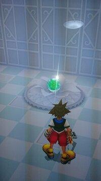 キングダムハーツ Re:チェインオブメモリーズ 忘却の城 にあるこの緑色のボールが取れません。どうしたらとれるのでしょうか?