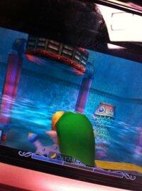 ゼルダの伝説 ムジュラの仮面3DS版をプレイしているのですが、攻略サイトと食い違う点があり先に進めません。写真に映る赤色の排水溝から水を出すにはどうしたらいいのでしょうか…攻略サイト通 りにやってもこの...