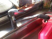 このシングルレバー混合水栓のメーカーと型番を教えて下さい。型番の文字が消えてしまい困っています。水漏れしてきて、バルブ?カートリッジ? 交換したいのですが・・・。交換部品のメーカー及び型番が分かると、より良いのですが。宜しくお願い致します。