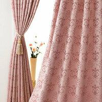 ピンクカーテンにあう壁紙をさがしています。 現在、ピンクのダマスク柄のカーテンをつけています(画像の商品です 結構華やかです)  壁紙の一面のみを張り替えることになりまた。 リビン グ中の大きい一面だけです。ポイントクロスと言うそうですが範囲はかなり大きいのでとても緊張しています。  思い切っておしゃれ感が増すような壁紙にしたいのですが、カーテンは変えるつもりがないので柄や色によ...