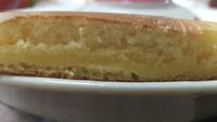 ホットケーキの中が生焼けっぽいです。 写真のような場合、生焼けですよね?  どうしたら中まで焼けますか?