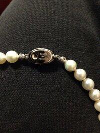 真珠のネックレスの外し方が分かりません。分かる方いますか?