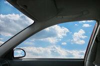 峠やサーキットを走るとき窓を開けて走りますか。閉めて走りますか。 エアコンをつけたらパワーダウンするから窓を開けて走るという人もいるでしょうが。 エンジン音やタイヤの音を聞いてクルマの動きの感覚を研ぎ澄ますために窓を開けて走るという人もいるでしょうが。 クラッシュしたとき窓が出るために窓は全開にしているという人もいるでしょうが。 逆に 窓を開けたら空力的に悪くなるので閉めているという...