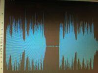 ご教授ください。よろしくお願いします。 マイクで拾った音を BOSS bass limiter enhancer LMB-3を通すと 写真のように 波形の下の部分がちょんぎれてしまってます。  どうしてでしょう? 何か音が悪くなってる証拠でしょうか?  ちなみに、マイクはisomax countrman ラベリアマイク ミキサーは mackie profx4 v2  オーディオインターフェー...