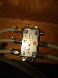 フレッツテレビ 共聴工事について  光ネット回線 及び フレッツテレビ導入検討中です。   (状況)  ・木造2階建ての一戸建て、4LDKで同軸コンセント? は各部屋1つづつ、合計で5つある。  ・アンテナは無い  ・前住民がフレッツ光 と フレッツテレビを契約していた  ・前住民は一階リビング と 二階の一室でテレビ視聴していた  ・外壁から光ケーブル?らしい...