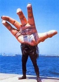 「酷い(突っ込みたくなる意味で)話」を教えてください。 *本当に酷い話は無しで!  超人 バロムワンに出てくる 魔人 「ウデゲルゲ」ですが 先ず どう見ても 「手」であり「腕」はついてい ないです。 さらに 鳴き声?が 「フィンガ〜」です。