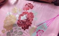 この名古屋帯の着用時期が知りたいです。 枝からの梅、牡丹?、扇が描かれています。  梅が描かれているので春…1-2月頃着用なのかなと考えています。しかし11月に着ようと思っている着物がク リーム色で、他に...