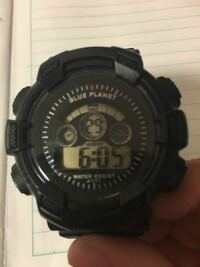 ダイソーで300円で買ったこの腕時計の説明書を無くしてしまいました 基本的な操作は覚えているのですが  アラームをやめる方法  1時間に一回なる音を止める方法  この二つがわかりません わかる方お願いします