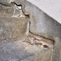 地盤沈下でしょうか? 外階段です。壁と階段に4センチ程度の段差があります。 地盤沈下の場合には補修にどの程度の費用がかかりますか。30段程度の長い階段でほぼ全域で同様の段差がみられます。
