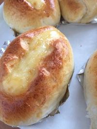 パン作り超初心者です。 一次発酵までをホームベーカリー、その後の工程は自分で作業し惣菜パンを時々作っています。 が、パンに弾力がなく、「ふわっ」とするのではなく「ふしゃ!」とつぶれてしまうような感覚...