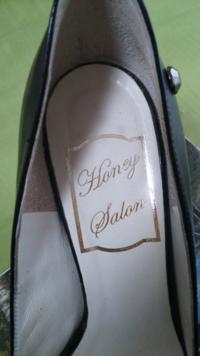 ローマ字の筆記体について。 写真の筆記体教えて下さい! 「haney ?alan」 ?のところが分かりません。 よろしくお願いします。