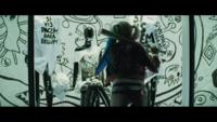 映画スーサイド・スクワッドでハーレイ・クインがショーウィンドウをバットで割ってバックを取り出したシーンありますよね? どこのバックかわかる方いませんか?リンクとか貼っていただけたらなお嬉しいです。