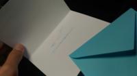 誕生日の便箋についてです こんな感じで↓封筒?みたいなのにHappy Birthdayと書かれた2つ折りの紙が入っています。 内側にはなんか書かれていて、、どこに書いていいかわかりません。 この2つ折りのものに書けば...