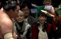相撲を見にきている研ナオコの右にいるのは 芸能人でしょうか。 研とよくしゃべっているので連れのようですが。