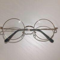丸メガネのレンズを取りたいです。 500円程の、度なしの丸メガネを購入しました。 レンズを取りたいのですがフレームが細いのでバキッといきそうで怖いです(^_^;)   ネジなども見当たらないのでどうしたらいいで...