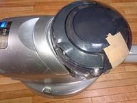 ガムテープを貼った掃除機を使うのはみすぼらしいですか? 中のゴミを捨てる時に地面に落としてしまい少しヒビが入ったので とりあえずガムテープで補強しました。 毎回、掃除後に中身を捨て るので、ガムテープの上部までゴミがたまる事もないし、 吸い取りも問題がないので使ってるのですが、 この掃除機を見た伯母に「掃除機くらい買えば?みっともない!」と笑われました。 人前で掃除機を掛ける事も...