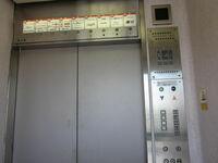 写真のエレベーターの詳細、また、同型のエレベーター、同じアナウンスをする エレベーターについて、ご教示いただきたいと思います。 写真のエレベーターは、千葉県船橋市に存在していた、旧船橋そごう(1981年 開店)の エレベーターです。(三菱製) 到着時には、「ピコーツ ○階です。」とアナウンスしますが、そごうのエレベーター特有の 「ピヨピヨ」音は、鳴っていませんでした。  もう無...