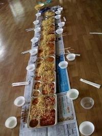 韓国や北朝鮮では、 床に食べ物を置いて食事するのは、ごく普通ですか?  韓国の飲食店でも、こうした所は多いですか?  学校給食も教室の床ででしょうか?  紙も何もひかない!?