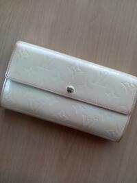 ヴィトンのポルトフォイユ・サラ、ヴェルニの 二つ折長財布の製造番号の刻印のある場所を教えてください。