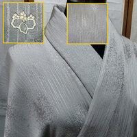 お着物に詳しい方に質問です。  画像の着物は均一全体に柄があります。 背中に1つ紋「桐」があります。  画像が見づらかったらごめんなさい。 質問内容は 1)着物の種類 付け下げor小紋 2)1つ紋「桐」であっているのか。 また、染め抜き紋?日向紋?なのか。 3)この柄は何て言うのか…。  ネットで調べていますが…調べれば調べるほどに頭がこんがらがって、 1日終わってし...