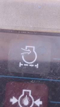 この警告灯の意味は? コベルコのショベルカーの警告灯が点灯しているのですがこのままにしていていいのか分かりません。 型式はcobelco 025 です。