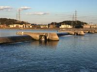 都市部のの河川の下流についてです。 この装置にはどういう意味があるのでしょうか?治水だとは思いますが、川を完全に分離してしまうのでよほどの意味があると思うのですが。。 詳しい方教え てください。