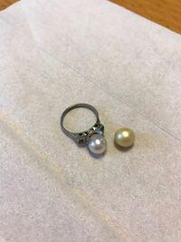 祖母の遺品整理をしていたらこんなものを見つけました。 真珠なのでしょうか? また、ほんものかどうかの見分け方分かる方いますか? 祖母はよく和歌山で真珠のお店に行っていたと母は言っていました。 お願いいたします。