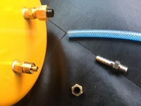 エアータンクとチューブを接続。  画像エアータンクとチューブを接続するにはどの様な物が必要になるのでしょうか?  上 エアータンク 左下 エアータンクの金具を取り外したもの 真ん中下 購入元でこれを使って下さいと言われました、、、 右下 接続したいチューブ 内径6ミリ
