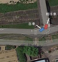 物損事故について質問です。 自車は画像の左側から橋に向かって走行し、対向車が画像上側から向かってくるのが 見えていました。 この橋は直線状態ではすれ違う幅はありますが、 橋の入り口はぎりぎりになるため、橋に入る前の所で30km/h→5km/hまで落とし、 対向車をやり過ごして橋に進入しようとしていました。 すると相手車はこちらを認識していなく内周りで右折し、自車の左前に衝突しました...