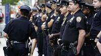 """おまわりさんって言うのと NYPDって言うのとは違う風に感じますか? 私はまったく同じだと思うんですが、補習校に来てた日系アメリカ人の友達の一番大きいお兄さんが NYPDにいるそうで  私が """"おまわりさんのお..."""