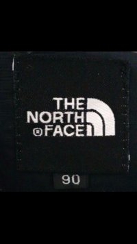 このエンブレムのノースフェイスのジャケットは偽物ですか?分かる方教えてください!! 90の数字の後ろにSと表記されています!