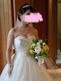 結婚式終わりました。 写真を見たんですが、正直私の事どう思いますか? ドレスが気に入ってるんですが、脇肉とか胸の位置がおかしいと思いますか?  辛口意見でも構いません。 正直に思った事言って欲しいです。