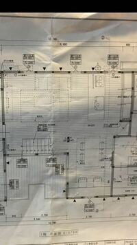 新居のオーディオ構築について オーディオ関係は概ね初心者です。 構築する部屋はリビングで、ダイニングキッチンと逆L字でつながっており、後方にキッチン、左後方にダイニングが続いています。 リビングだけで...