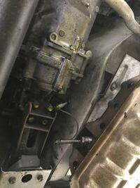 ジムニーJA12Cの振動・騒音について。 半年前にジムニー専門店でJA12Cを購入したのですが、3速、3000から3600付近でギアチェンすると耳に来る振動とグォーンと車内が響きわたります。(ミッションあたりから) 3700回転以上でギアチェンすると発生しません。タイヤはジオランダーの6,50です。そんなもんなんですか?かなり乗りにくいです。何か解決策など知っている方是非アドバイスお願い致します。