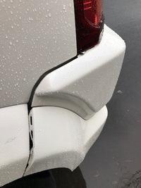 リアバンパーの浮きは自分で直せますか?(写真あり)  銀行でバック駐車しようとしていて目測を誤り、壁面に設置されている黒いゴムクッションにドンとぶつけてしまいました。  慌てて降りて 見ると、ぶつけた...