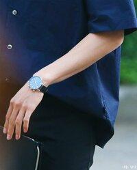 腕時計がどこのブランド・メーカーのものかわかる方お願いします(青い文字盤)  写真の青い文字盤の腕時計ががどこのものか知りたいです 文字盤をよく見るとアルファベット6文字?のブランド のようです。 つけ始めたのがここ数か月前のことなので、比較的新しいモデルだと思います 付けている方が韓国の方なので、もしかしたら韓国のメーカーかもしれないんですが…  わかる方お願いします