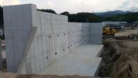 こちらの擁壁はL型擁壁になるのでしょうか?また、耐用年数としましてはどれくらいでしょうか? ちなみに、こちらの擁壁に盛り土して家を建築予定です。