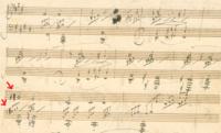 月光ソナタの自筆譜の一節について  添付画像の3段目の赤い矢印で示した臨時記号が気になりました。 ソの音にシャープがついていてさらに左からナチュラルがあります。  最初♯をつけて、後 から考えなおしてナチュラルを書き足したかもしれないし 最初ナチュラルを書いて、後から♯を書き足した可能性もあるかなと思いました。  現在の多くの楽譜ではナチュラルになっていますが ♯で弾いてみ...