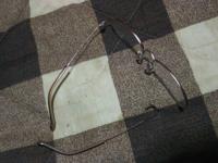 ゾフの眼鏡 買って11ヶ月くらい経ちます。一度レンズ交換した気がします。  今回、フレームを踏んで壊れてしまいました。レンズも少しかけたけどとりあえずフレームがなおってほしいです。  運転で使うので急ぎで...