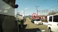 鉄道線路を跨ぐ高架橋入り口の信号機です  幅員の狭い高架橋のため交互信号となっています。  なぜか信号機は赤点滅で、 警備員が白旗を振っています。  後続車も続いています。  この とき、停止線直前で一時停止実行しますか??